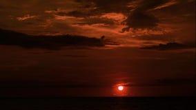 De Videohemel van de de zomerzonsondergang en Overzeese Achtergrond stock video