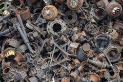 De vieilles et rouillées pièces des véhicules à moteur sont empilées ensemble photos libres de droits