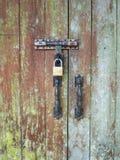 De vieilles portes sont fermées à clef avec une clé Photographie stock
