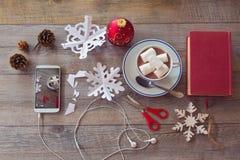 De viering van de Kerstmisvakantie Het voorbereiden van document sneeuwvlokken Mening van hierboven Stock Afbeeldingen