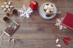 De viering van de Kerstmisvakantie Het voorbereiden van document sneeuwvlokken Mening van hierboven met exemplaarruimte Stock Fotografie