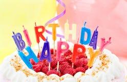 De viering van de verjaardag met feestelijke cake stock foto's