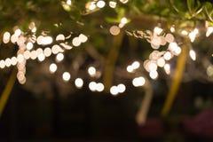 De viering van decoratie het lichte Kerstmis hangen op boom Stock Foto