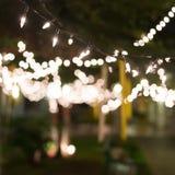 De viering van decoratie het lichte Kerstmis hangen op boom Royalty-vrije Stock Afbeeldingen