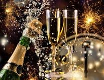 De viering van het nieuwjaar met champagne Stock Foto's
