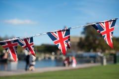 De vieringsbunting van Groot-Brittannië met typische Britse achtergrond in Stock Foto