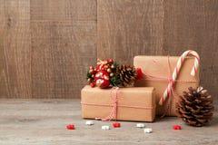 De vieringsconcept van de Kerstmisvakantie met giftdozen over houten achtergrond Stock Foto