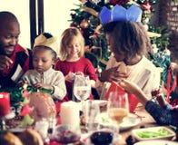 De Vieringsconcept van familie samen Kerstmis Stock Afbeeldingen