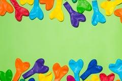 De vieringsvlakte legt met kleurrijke ballons op groene achtergrond Stock Afbeeldingen