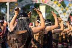 De Vietnamese close-up van etnische minderheidmensen draagt traditionele kostuums uitvoerend een traditionele die dans bij een ge royalty-vrije stock afbeeldingen