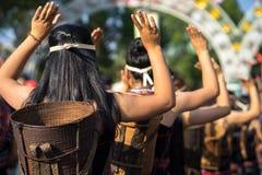 De Vietnamese close-up van etnische minderheidmensen draagt traditionele kostuums uitvoerend een traditionele die dans bij een ge stock fotografie