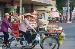 De Vietnamese koks van het straatvoedsel stock foto