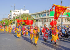 De Vietnamese mensen in Draak dansen groepen bij nieuwe het Jaarviering van Tet dichtbij de pagode van Bedelaarsthien Hau Royalty-vrije Stock Foto's