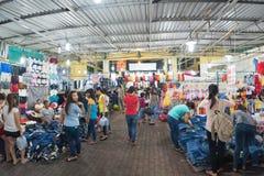 De Vietnamese mensen winkelen bij markt Stock Fotografie