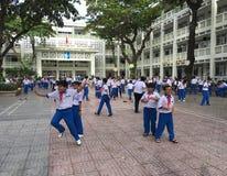 De Vietnamese schoolkinderen spelen in de schoolwerf royalty-vrije stock afbeeldingen