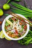 De Vietnamese Soep Pho BO van de Rundvleesnoedel met rundvlees op donkere achtergrond stock foto