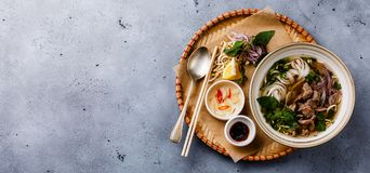 De Vietnamese Soep van Phobo met rundvlees in dienblad royalty-vrije stock fotografie