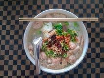 De Vietnamese Soep van de Rijstnoedel met gehakt varkensvlees en worst stock fotografie