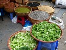 De Vietnamese verkopende kruiden en de groenten van de straatmarkt Stock Foto