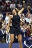 De vijf keer Grote Slagkampioen Maria Sharapova van Rusland viert overwinning na haar US Open 2017 eerste ronde gelijke royalty-vrije stock foto's