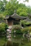 De vijver in schrijver uit de klassieke oudheid chinise tuin Stock Foto
