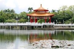 De vijver van de pagode en van de lotusbloem Stock Foto's