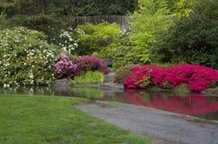 De vijver van het tuingazon royalty-vrije stock afbeelding