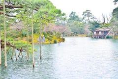 De vijver van Kasumigaike en Uchihashi-huis in kenroku-Engels park Royalty-vrije Stock Afbeeldingen