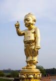De viktiga behandla som ett barn Buddhaguldstatyn Arkivfoto