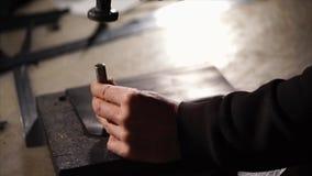 De vilder maakt prikken in een spatie van leerzak, van zwarte huid worden gemaakt die stock footage