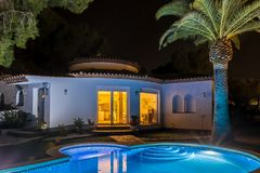 De villa en de palm van Nice bij de nacht in Spanje Stock Fotografie