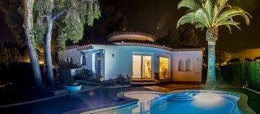 De villa en de palm van Nice bij de nacht in Spanje Stock Afbeeldingen