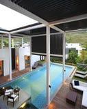 De villa met een zwembad Stock Fotografie