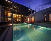 De villa met een zwembad Stock Afbeeldingen