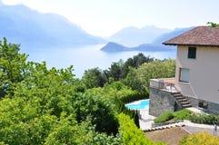 De villa overziet beroemd Italiaans meer Como Stock Afbeeldingen