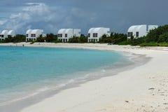 De villa's van de Covecastlestoevlucht op witte zandstrand en oceaan, het Westen van de Ondieptebaai, Anguilla, de Britse Antille Royalty-vrije Stock Foto