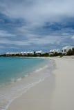 De villa's van de Covecastlestoevlucht op witte zandstrand en oceaan, het Westen van de Ondieptebaai, Anguilla, de Britse Antille Royalty-vrije Stock Fotografie