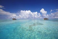 De villa's van het water en tropische lagune, de Indische Maldiven, royalty-vrije stock fotografie