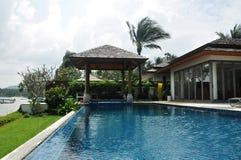 De villa van de beachfrontpool Royalty-vrije Stock Afbeeldingen