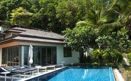 De villa van de beachfrontpool Royalty-vrije Stock Fotografie