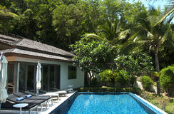 De villa van de beachfrontpool Stock Afbeeldingen