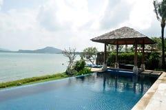 De villa van de beachfrontpool Stock Foto's