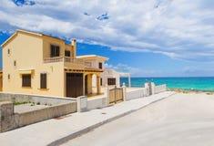 De villa van de luxe op de kustlijn. Royalty-vrije Stock Foto's