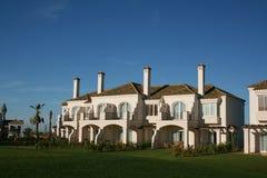 De villa van het flatgebouw met koopflats in Spanje Royalty-vrije Stock Afbeeldingen
