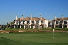 De villa van het Flatgebouw met koopflats van het golf in Spanje Stock Afbeelding