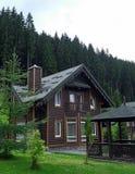 De villa van het land met tuinhuis op de bergheuvel in de zomertijd Stock Fotografie