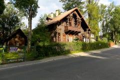 De villa van hout wordt gemaakt wordt genoemd Grabowka III die stock foto's