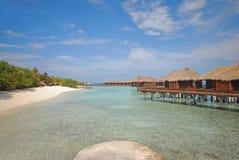 De Villa van luxeoverwater die met Strand met Platform wordt verbonden stock foto