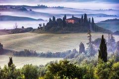 De villa van Toscanië in de nevelige vallei Royalty-vrije Stock Foto