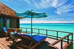 De villabalkon dat van Overwater lagune overziet Stock Foto